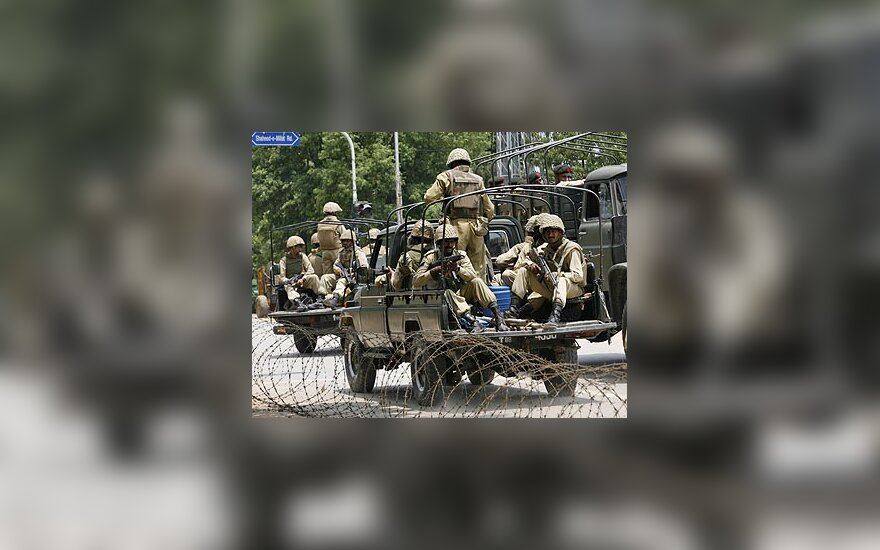 Pakistano kariškiai prie mečetės