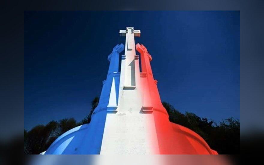 Trijų kryžių kalnas nušvito Prancūzijos vėliavos spalvomis