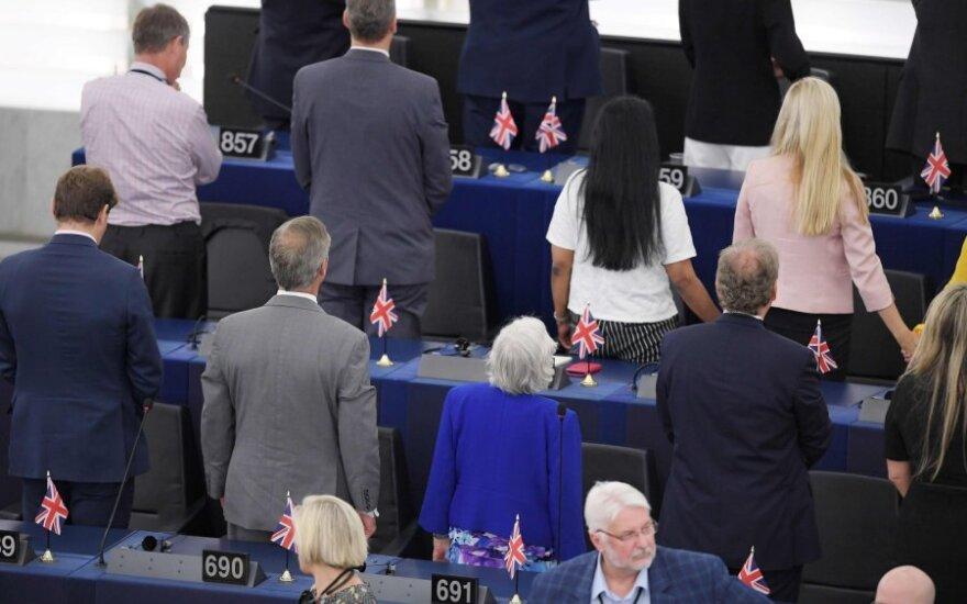 """Brexit"" remiantys europarlamentarai atsuko nugaras Europos himnui"