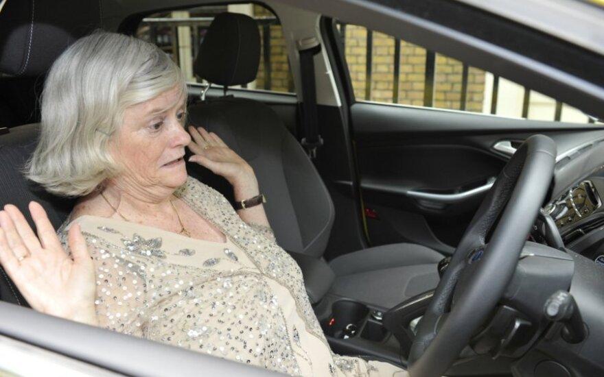 Moteris prie vairo
