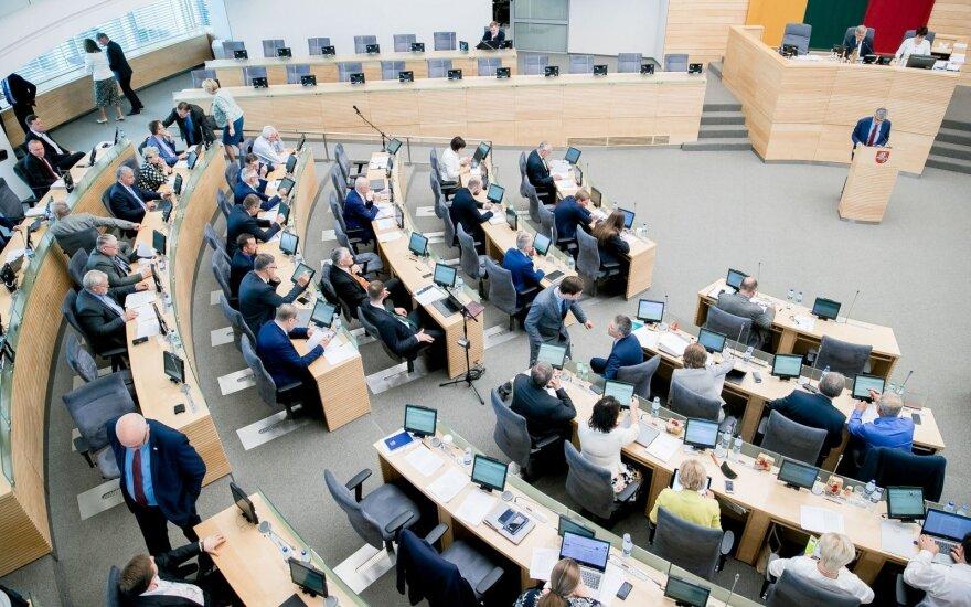 Seimas padidino atlyginimus tarnautojams, biudžetininkams, politikams