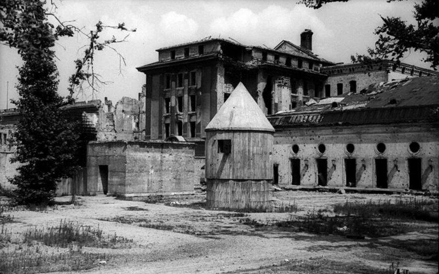 Fiurerio bunkeris po Berlyno kanceliarija buvo aprūpintas visais reikalingais slėptuvės įrenginiais. Berlyne jis turėjo geriausią telefono skirstomąjį tinklą, leidžiantį Hitleriui greitai užmegzti ryšį su visais komendantais.