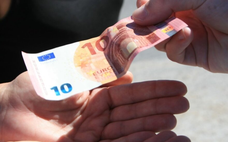 Lithuanian retail chains risk fines for giving change in old currency after euro adoption
