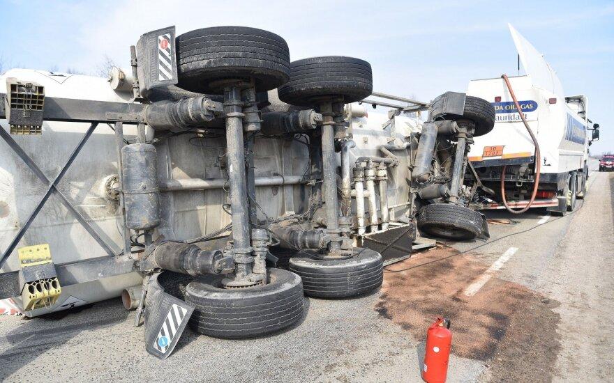 Dėl apvirtusios benzinvežio priekabos nepravažiuojamas kelias Lazdijai-Alytus