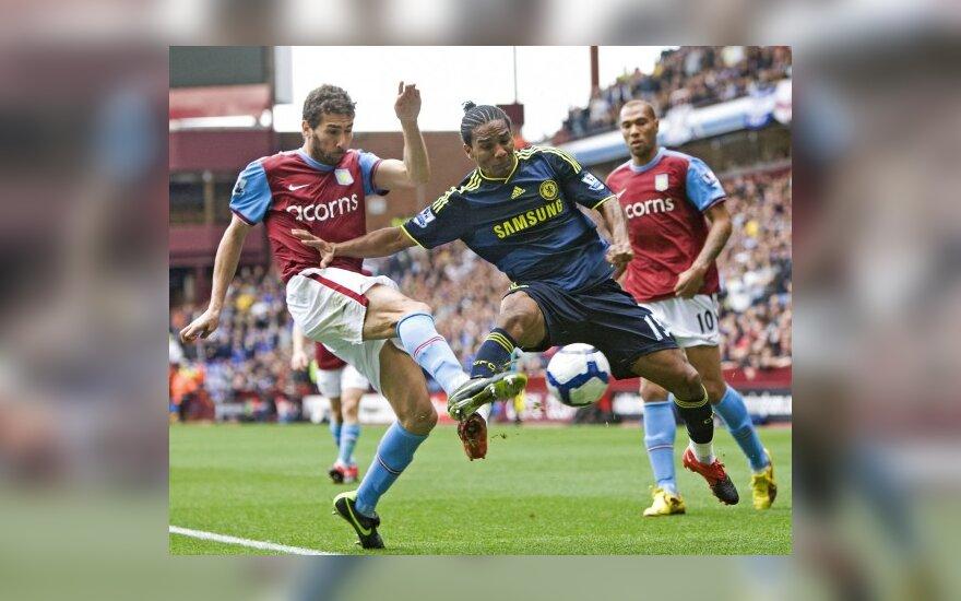 """Carlosas Cuellaras (""""Aston Villa"""") kovoja su Florentu Malouda (""""Chelsea"""")"""