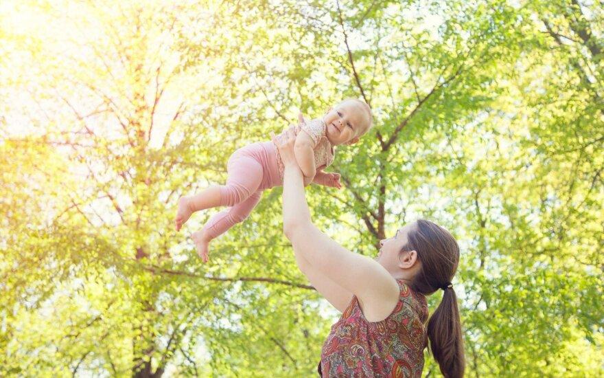 Mama mėto vaiką