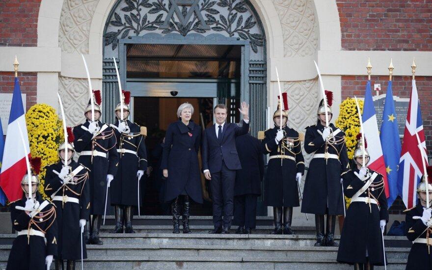 Theresa May ir Emmanuelis Macronas dalyvauja Pirmo pasaulinio karo pabaigai skirtame minėjime