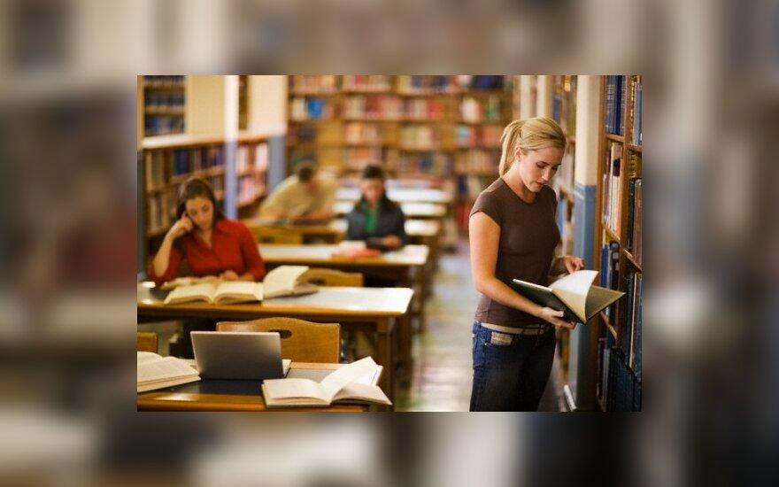 """Pernai bibliotekose skaitomiausia lietuviška knyga buvo R.Granausko """"Gyvenimas po klevu"""""""