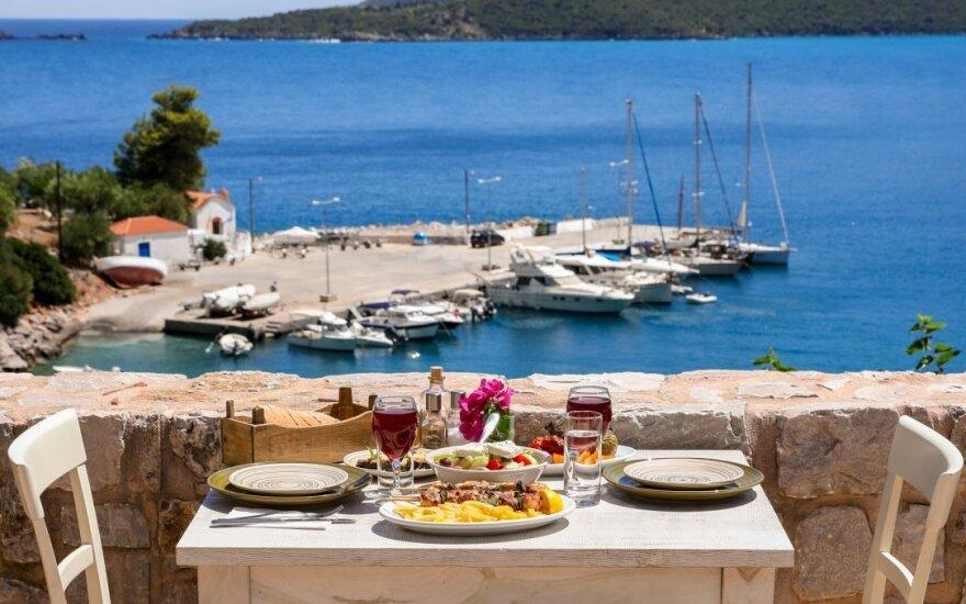 Graikija planuoja nuo pirmadienio atšaukti saviizoliacijos reikalavimą turistams iš ES