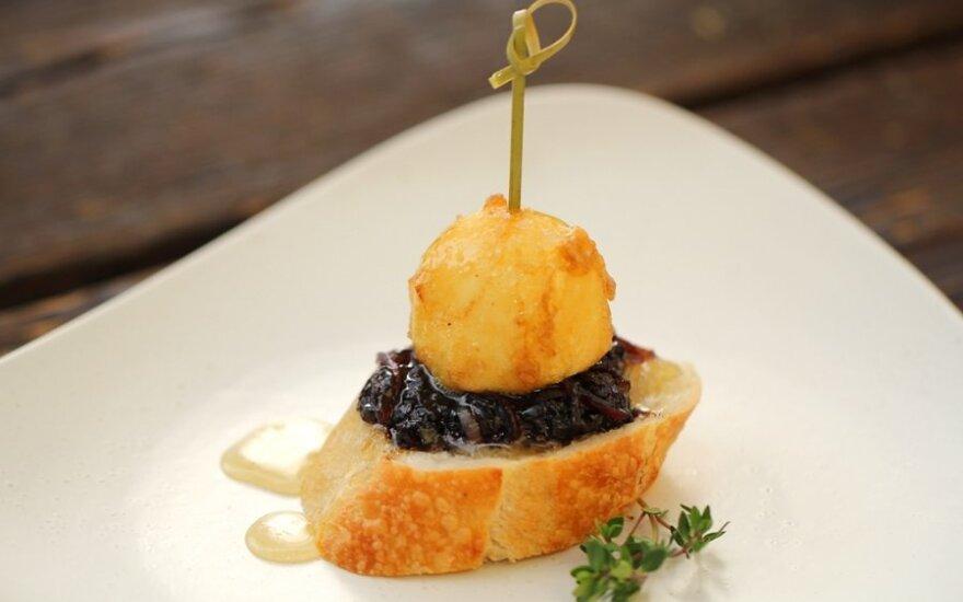 Pinčos su ožkos sūriu  ir karamelizuotais svogūnais