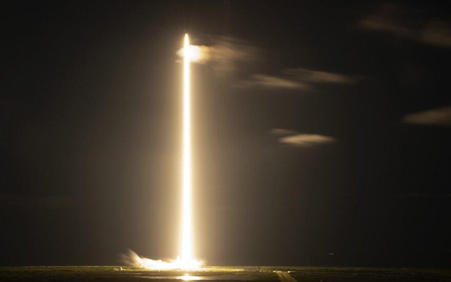 Į kosmosą pakilo pirmieji civiliai