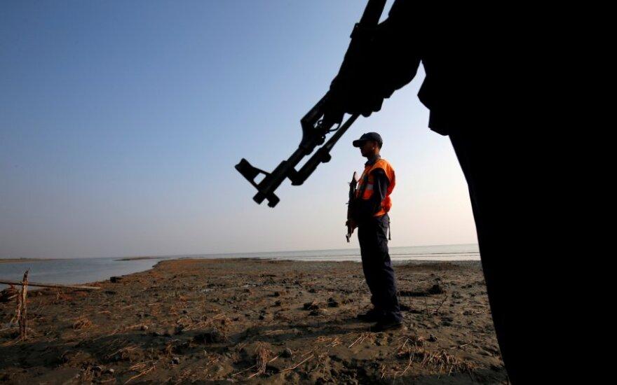 Bangladešo pakrančių apsauga saugo rohinjų stovyklą