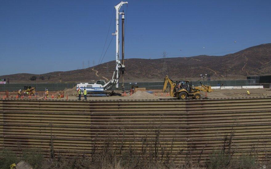 Trumpas žada prie Meksikos sienos nusiųsti 2–4 tūkst. karių
