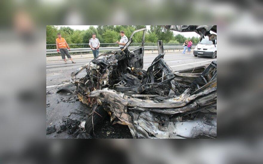 Panevėžio aplinkkelyje atsitrenkęs į vilkiką sudegė mikroautobusas su vairuotoju