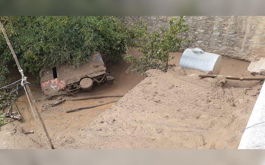 Afganistane staigių potvynių aukų padaugėjo mažiausiai iki 100