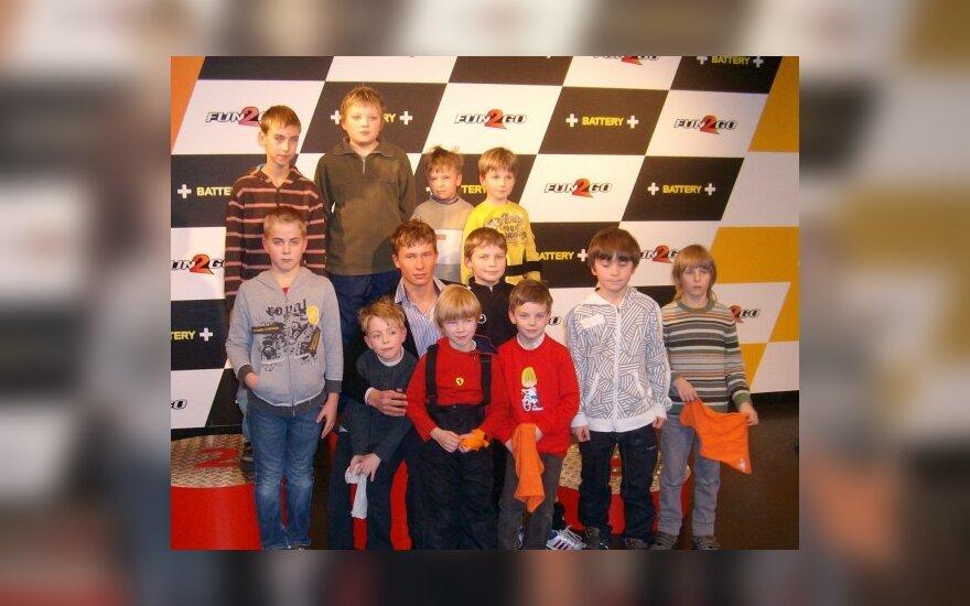 K.Vasiliauskas jaunųjų lenktynininkų apsuptyje
