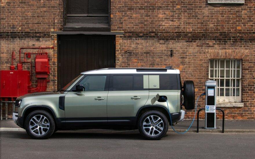 """Prisatyta įkraunama hibridinė """"Land Rover Defender"""" visureigio versija"""