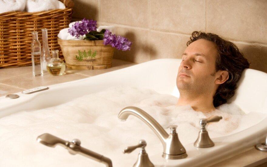 Tiesa ar mitas: ar tikrai reikia lipti iš vonios išgirdus griaustinį?