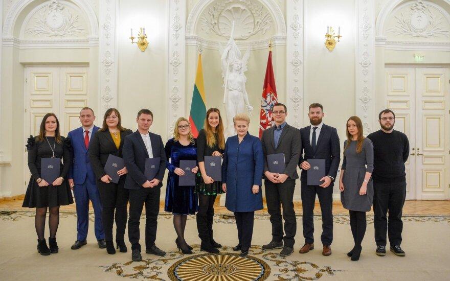 Dalia Grybauskaitė įteikė padėkas jauniesiems mokslininkams