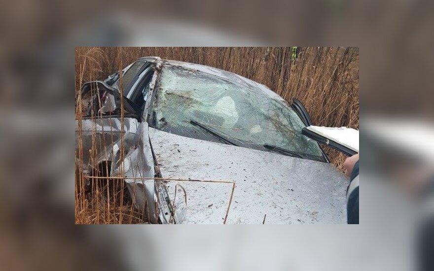 Automobilis trenkėsi į griovį, tvorą ir kelmą: sužaloti 5 žmonės