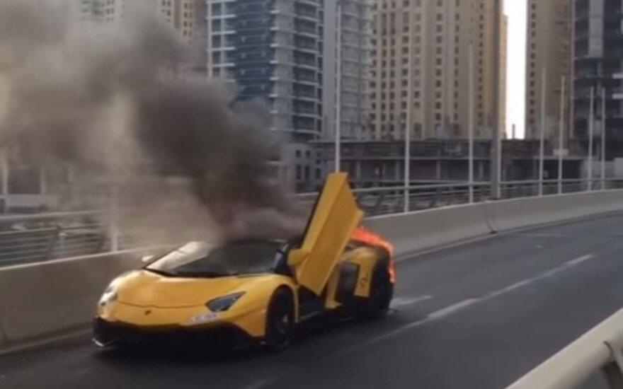 """Sudegė naujausias """"Lamborghini"""" modelis"""
