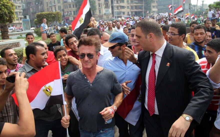 S.Pennas prisidėjo prie protestuojančiųjų Egipte