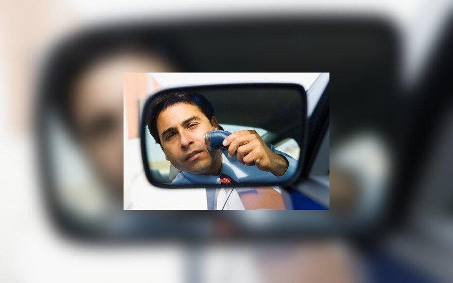 Škotas nubaustas už tai, kad vairuodamas skutosi barzdą