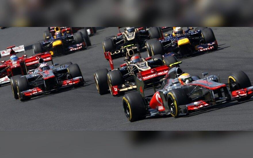 """""""McLaren"""" komandos pilotai Jensonas Buttonas (kairėje) ir Lewisas Hamiltonas (pirmas"""