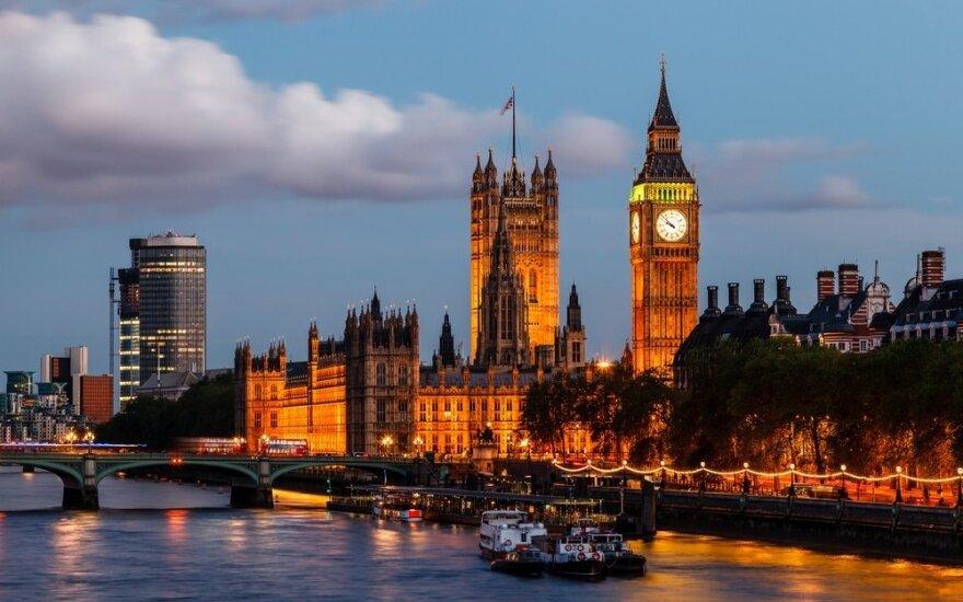 9 kalbos, kurias mokantys Jungtinėje Karalystėje uždirba daugiausiai
