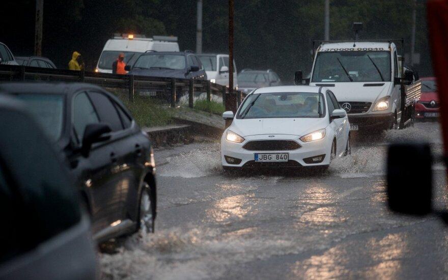 Orai vairuojantiems nebus palankūs: kaip per liūtis vairuoti saugiai