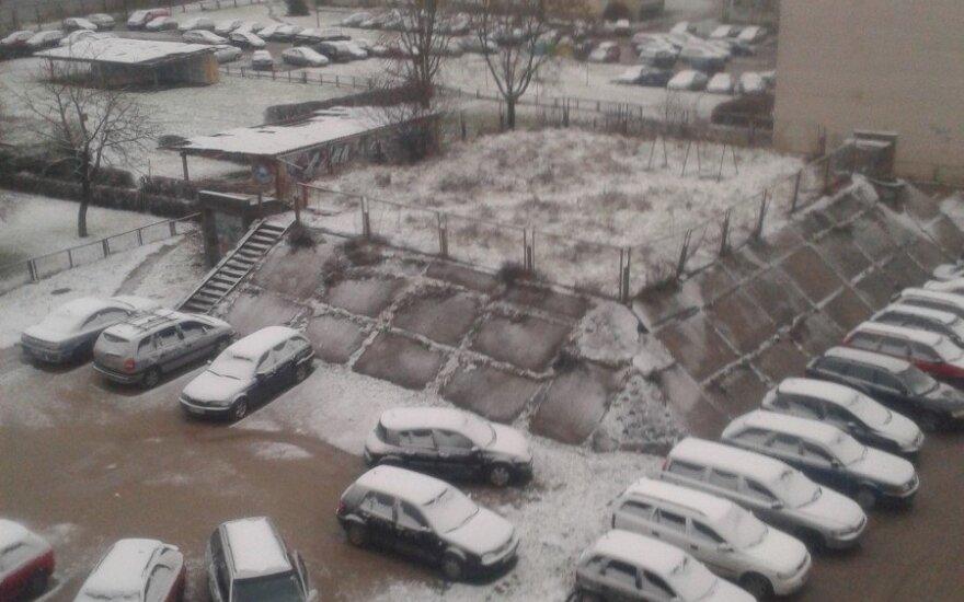 Vilniuje – sniegas, eismo sąlygas sunkino šlapdriba