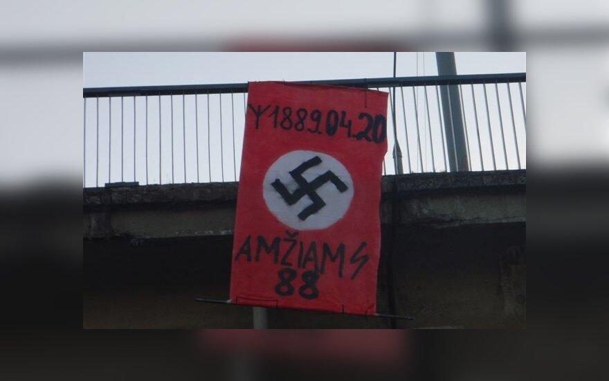 A.Hitlerio gimimo dieną Vilniuje iškeltos Trečiojo Reicho vėliavos, Kaune ir Panevėžyje - šlovinantys užrašai