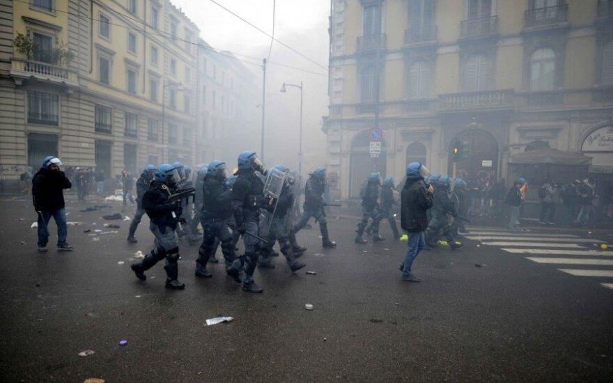 Milane protestuoja prieš EXPO 2015: padegti automobiliai, niokojamas turtas