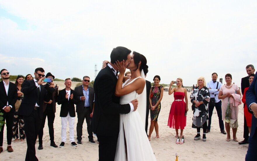 Televizijos serialų aktorius Edgaras Bechter su mylimąja susituokė paplūdimyje: bažnyčia iš karto atkrito