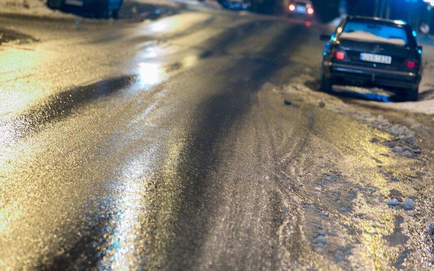 Įspėja: naktį eismo sąlygas sunkins plikledis