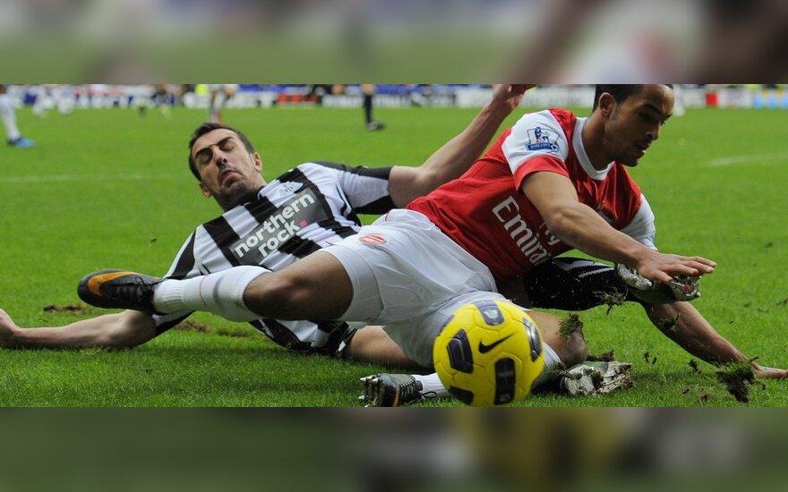 "Jose Enrique (""Newcastle"") kovoja su  Theo Walcottu (""Arsenal"")"