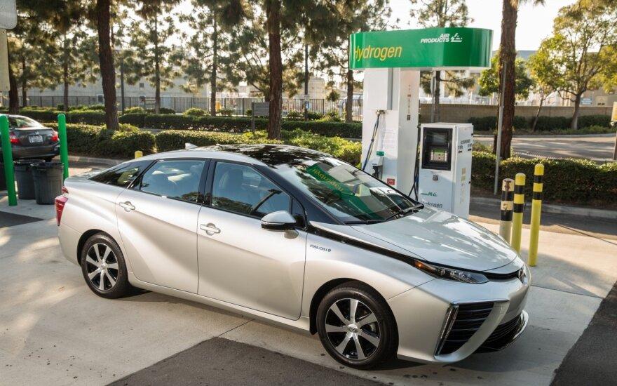"""Vandenilio kuro elementais aprūpinta """"Toyota Mirai"""""""