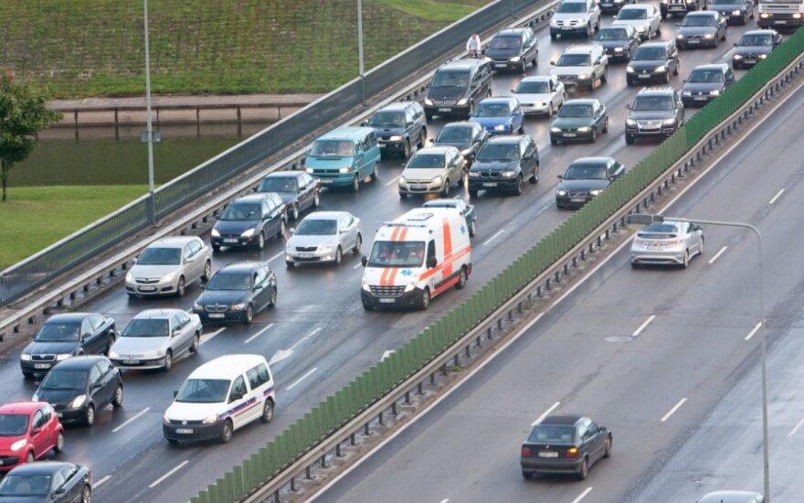 Spūsčių mažinimo receptas – skatinti vairuotojus nevažinėti po vieną