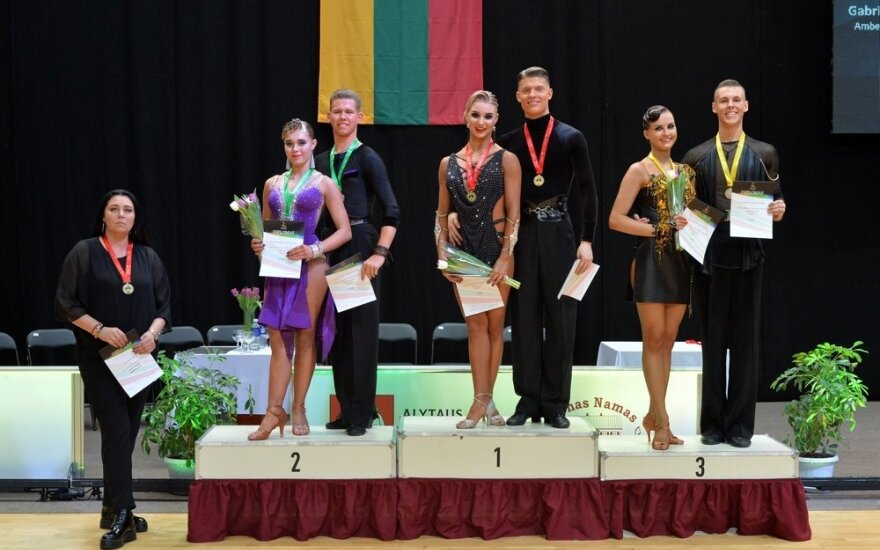 Suaugusiųjų grupės apdovanojimai, viduryje - Einoras Degutis ir Ugnė Bliujūtė