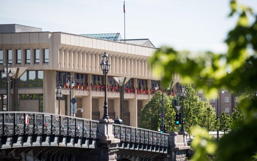 Piktžolės prie Seimo verčia raudonuoti šalies galvas