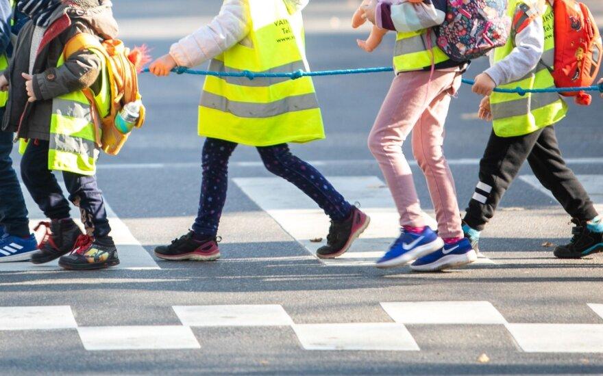 Ištyrė: brangesnių automobilių vairuotojai rečiau sustoja prie pėsčiųjų perėjų