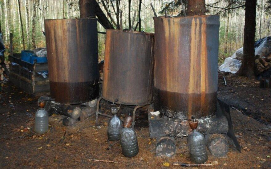 Pareigūnai miške ieškojo pasiklydusių vyrų, o rado naminės degtinės fabrikėlį