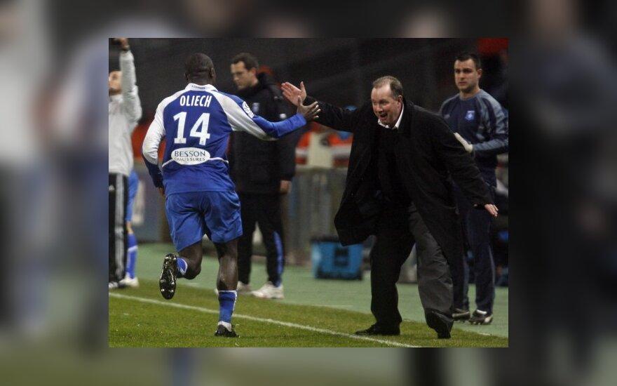 "Dennisą Oliechą (""Auxerre"") sveikina treneris"