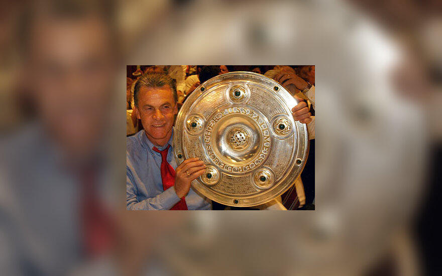 "Miuncheno ""FC Bayern""  treneris  Ottmaras Hitzfeldas laiko  Vokietijos čempionų taurę"