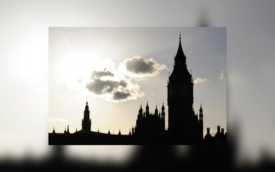 Britanijoje užsienietis sutuoktinis turės laikyti anglų egzaminą