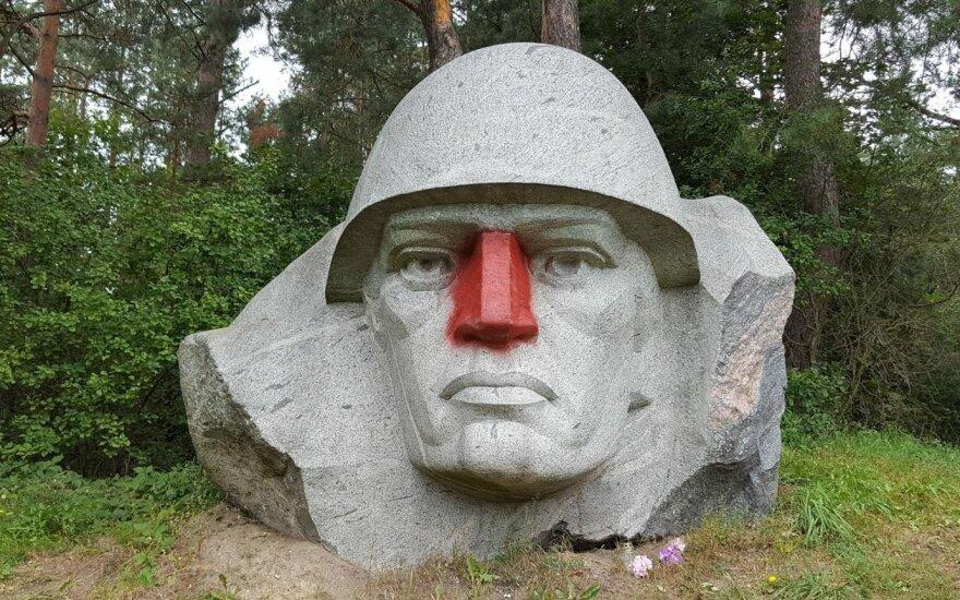 """Sovietinio kario skulptūrai vandalai """"išgražino"""" nosį"""