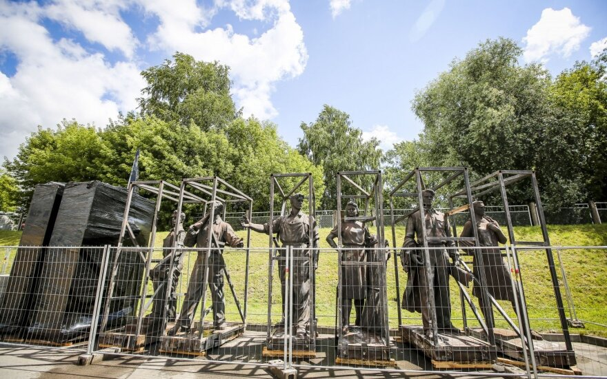 Nerija Putinaitė: nereikia nuimti sovietinių paminklų