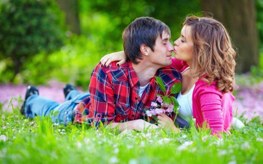 meilė, pora, pieva, bučiniai
