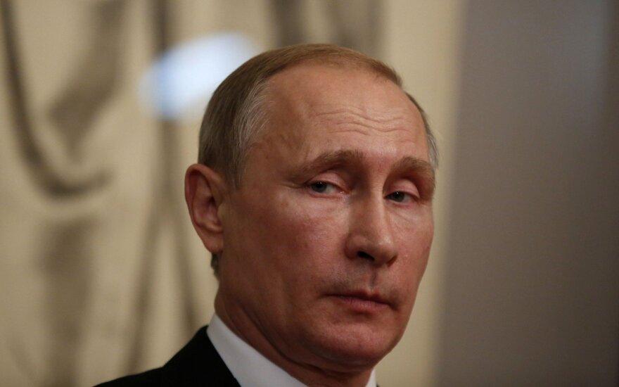 V. Putinas kratosi kaltinimų dėl atakų prieš JAV rinkimus