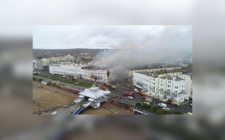 Jungtinės Karalystės pajūryje kilo didžiulis gaisras